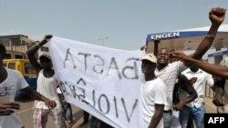 Une manifestation devant l'assemblée nationale, Bissau, 15 avril 1012.