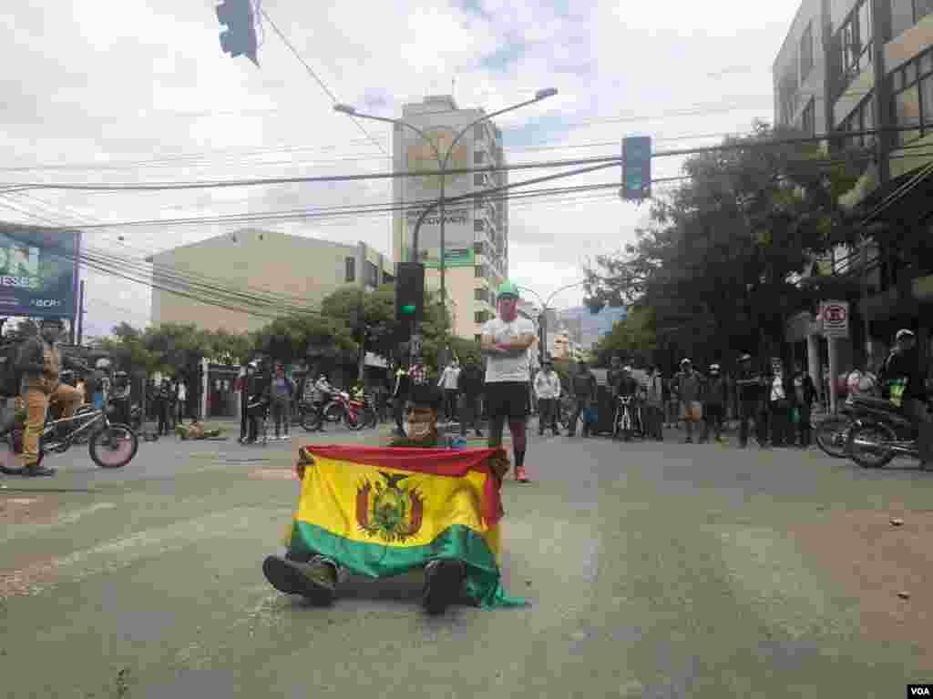 Una persona despliega la bandera de Bolivia en la protesta que se llevó a cabo en Cochabamba.