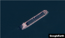 북한 남포항 인근 해상에서 석탄을 싣고 이동 중인 대형 선박. Maxar Technologies/Google Earth.