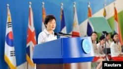ປະທານາທິບໍດີ ເກົາຫລີໃຕ້ ທ່ານນາງ Park Geun-hye ກ່າວຄໍາປາໄສ ໃນລະຫວ່າງພິທີຂີດໝາຍ ຄົບຮອບ 60 ປີຂອງການຢຸດເຊົາສູ້ລົບ ໃນສົງຄາມເກົາຫລີ ຢູ່ກຸງ Seoul, ວັນທີ 27 ລະກົດ 2013.