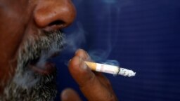 Wani mai shan tabar sigari