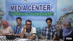 Teguh Surya (tengah) dan para aktivis WALHI kecewa dengan delegasi Norwegia yang tidak bereaksi apapun atas perusakan hutan di Indonesia (14/3).