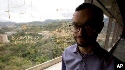 En esta foto del 7 de marzo, de 20187, Gabriel Jiménez, posa para un retrato en su oficina en Caracas, Venezuela.