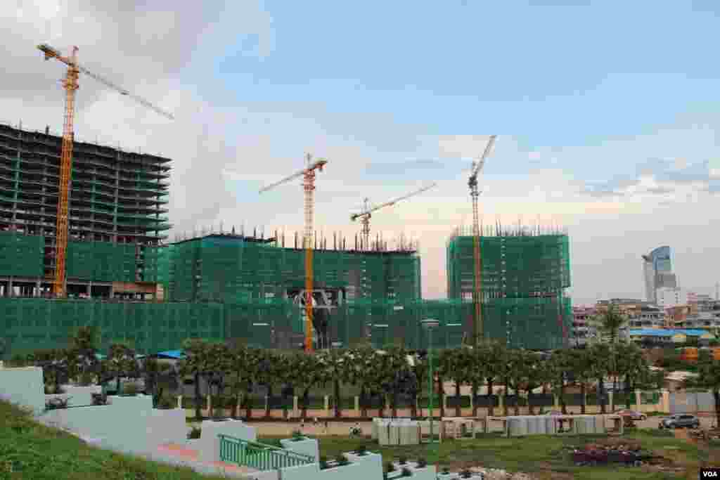 The construction of the Olympia City condominium project, northeast of the Olympic Stadium, September 29, 2014. (Nov Povleakhena/VOA Khmer)