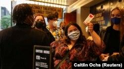 미국 뉴욕 브로드웨이 극장가 관객들이 신종 코로나바이러스 방역을 위해 마스크를 쓴 채 입장하고 있다.