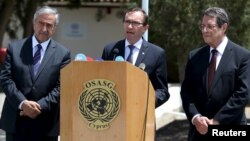 U.N. envoy Espen Barth Eide (C) speaks to the media while Greek Cypriot leader and Cyprus President Nicos Anastasiades (R) and Turkish Cypriot leader Mustafa Akinci (L) look on at the United Nations offices in the buffer zone of Nicosia airport, May 28, 2015.