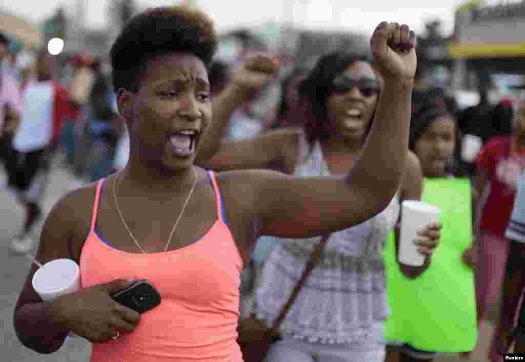 اکثر مظاہرین زیادہ تر پرامن ہی رہے لیکن وقتاً فوقتاً بعض لوگوں کی طرف سے پولیس کے ساتھ جھڑپیں کرنے کے واقعات بھی پیش آتے رہے۔