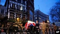 El ataúd de Margaret Thatcher cubierto con la bandera de Gran Bretaña permanecerá en la capilla de Santa María para que se despidan sus familiares y las personas más allegadas hasta mañana.