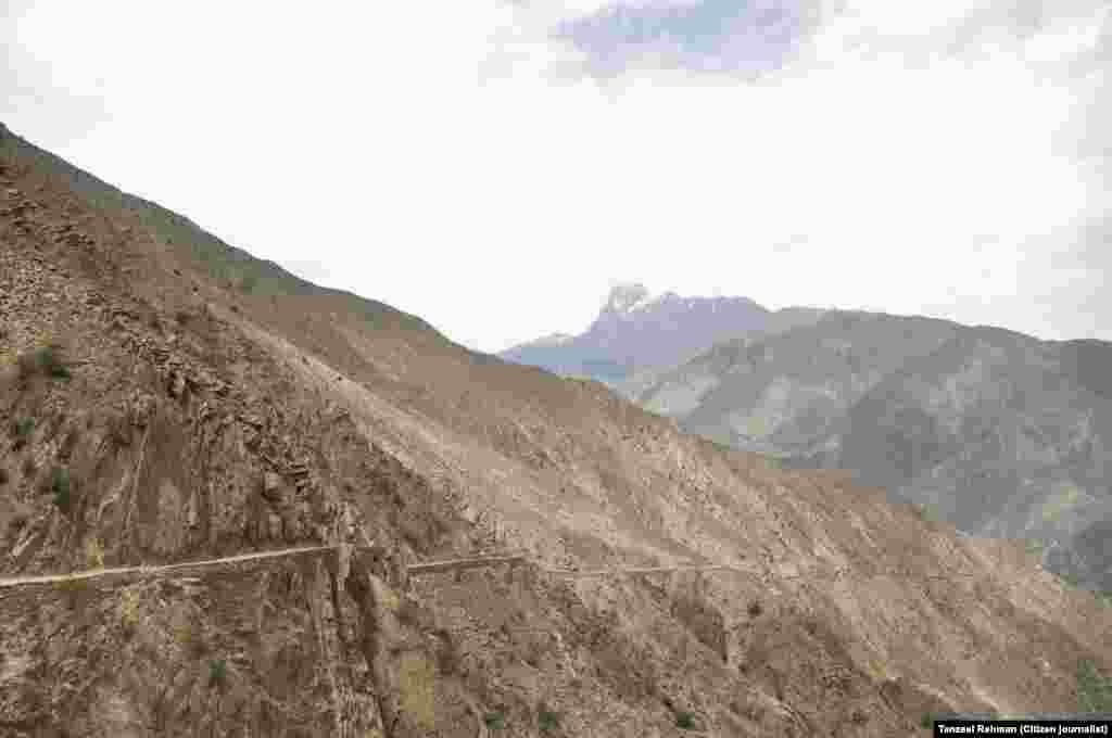لگ بھگ 12کلومیٹر لمبا یہ راستہ انتہائی دشوار گزار اور خطرناک ہے