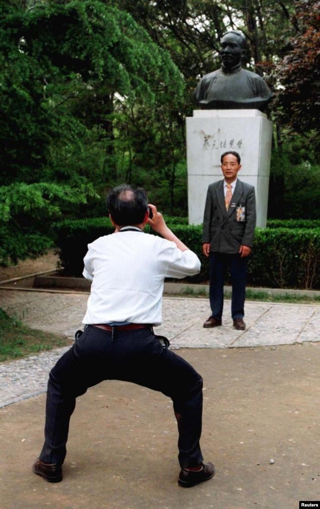 北京大學校友在中國最著名的教育家之一,北京大學前校長蔡元培的塑像前拍攝紀念照。