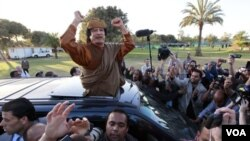 La hija de Gadhafi salió en su defensa al convocar a cientos de partidarios a un mítin frente a un complejo del líder.