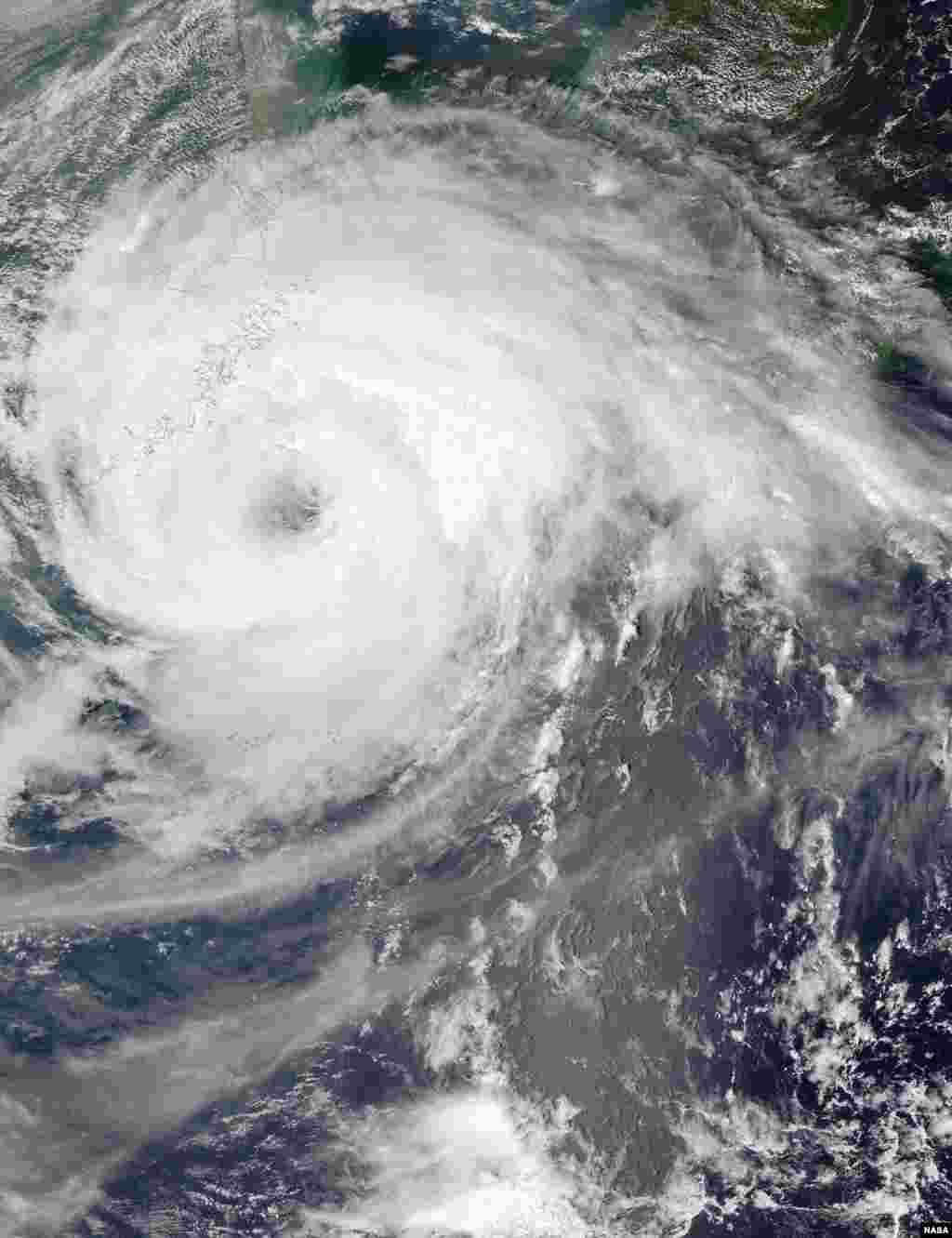 سیٹلائٹ سے حاصل کردہ ٹائفون کی ایک تصویر۔ ناسا