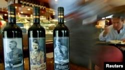 이탈리아 로마의 술집에서 팔리고 있는 포도주 병에 나치시절 독재자 히틀러의 사진이 붙어 있다.