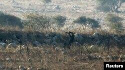 Un combatiente rebelde dispara durante una batalla con el ejército sirio en las Alturas de Golán.
