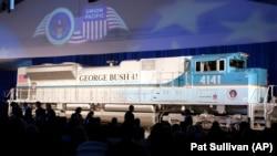 """Представлення потяга, названого """"4141"""" на честь 41-го президента США Джорджа Г. В. Буша, в Техаському університеті A&M, штат Техас, 18 жовтня 2005 року. Цей локомотив перевозитиме тіло Буша в четвер, 6 грудня 2018 року, до місця поховання на території президентської бібліотеки."""