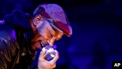 Mos Def chante lors d'une fête pour Google, mercredi 28 octobre 2009 à Los Angeles. (AP Photo/Matt Sayles)