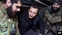 叙利亚总统阿萨德(中)在大马士革访问叙利亚军队