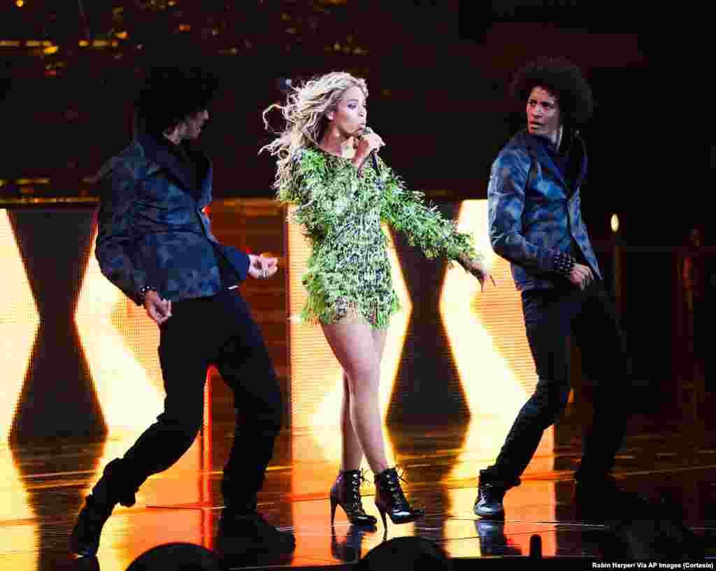 """Beyoncé junto a """"The Twins"""" sus dos bailarines en el concierto de Dallas."""