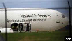 Các viên chức điều tra đang kiểm tra chiếc phi cơ chở hàng của UPS tại sân bay quốc tế Philadelphia hôm thứ Sáu 29 tháng 10, 2010