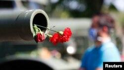 Cveće u tenkovskoj cevi, u sklopu proslave Dana pobede nad fašizmom, u Nemačko-ruskom muzeju u Karlšorstu u Ukrajini, 8. maja 2020. (Foto: Reuters/Fabrizio Bensch)