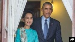 El presidente Barack Obama camina junto a la lider opositora birmana, Aung San Suu Kyi, antes de hablar con la prensa.