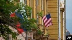 Las banderas de EE.UU. y de Rusia ondean frente a la embajada estadounidense en Moscú en esta foto del 28 de julio de 2017.
