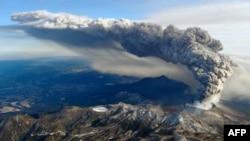 Vụ phun trào làm một đám tro và khói khổng lồ bay cao hàng trăm mét vào không trung