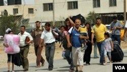 Warga Palestina di Jalur Gaza menyeberang ke Mesir setelah dibukanya penyeberangan di Rafah, Selasa.