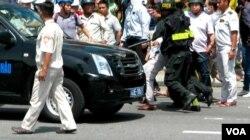 Một kẻ quấy rối biểu tình ở Đà Nẵng bị bắt đưa lên xe.