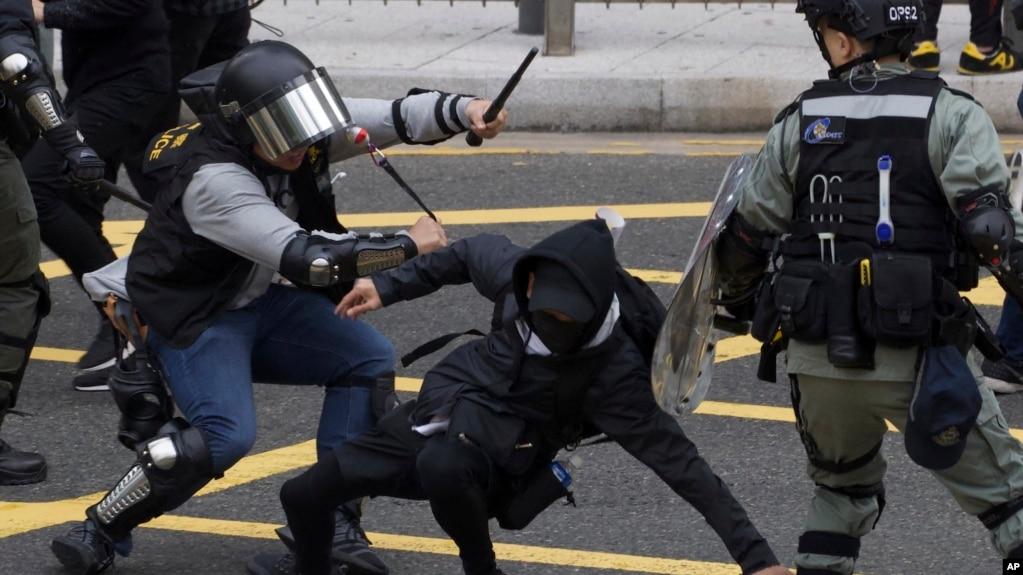 路透社:消息人士称中国武警出现在香港抗议前线
