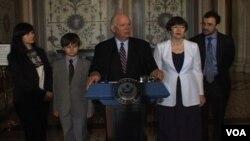 Сенатор Бенджамін Кардін зі сім'єю Сергія Магнітського у Конгресі США