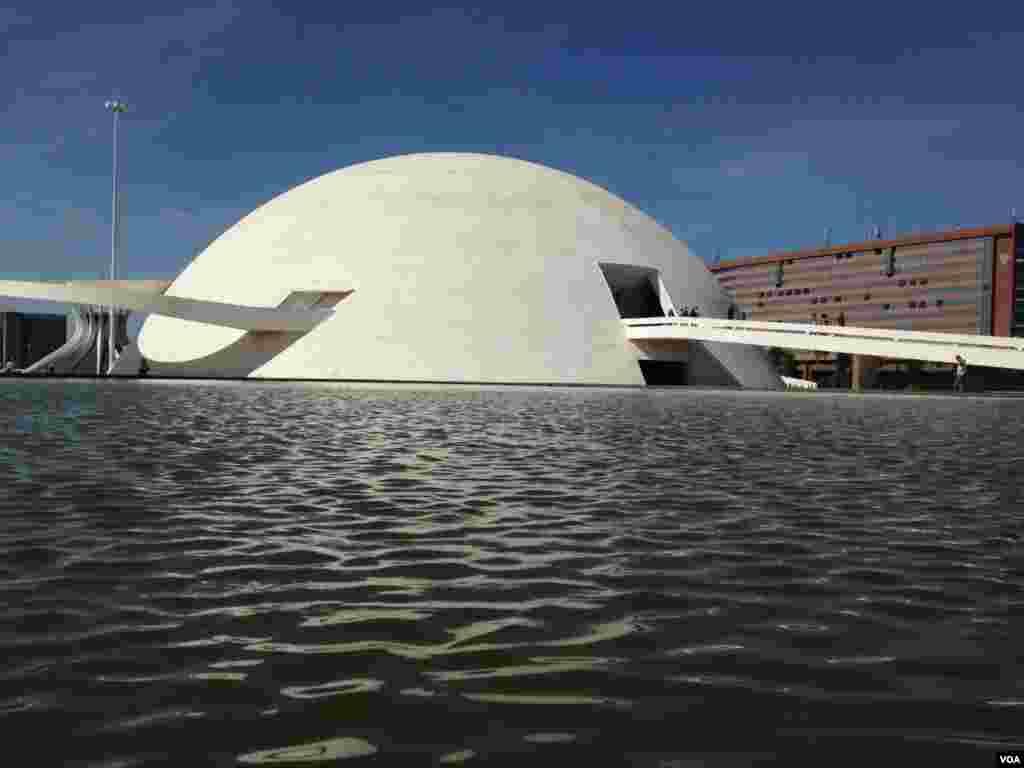 O Congresso Nacional em Brasilia,uma obra do arquitecto Óscar Niemeyer, Brasil, Junho 20, 2014. (Nicolas Pinault/VOA)