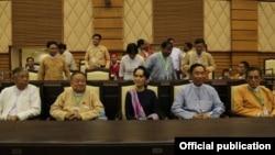 NLD ဥကၠဌ ေဒၚေအာင္ဆန္းစုၾကည္၊ NLD ေခါင္းေဆာင္တခ်ဳိ႔နဲ႔ သူရဦးေရႊမန္း အမ်ဳိးသားလႊတ္ေတာ္ကိုသြားေရာက္ေလ့လာစဥ္ -၃ ေဖဖ၀ါရီ ၂၀၁၆ (Photo-NLD Chairperson)