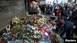Des gerbes de fleurs déposées en hommage aux victimes des attaques de Paris, à Paris, 15 novembre 2015.