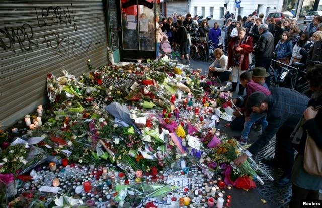 Người dân đặt hoa tại hiện trường của một vụ tấn công tại Paris, ngày 15/11/2015.