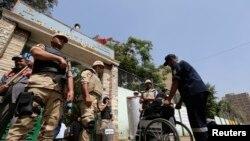 埃及軍人在投票站外站崗