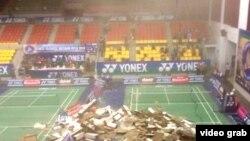 Mảng trần nhà rộng gần 40 mét vuông tại nhà thi đấu Phan Ðình Phùng đổ sập xuống đất trong lúc các vận động viên đang tranh tài.
