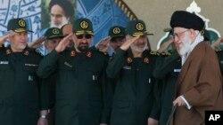 이란 최고지도자 아야톨라 알리 하메네이(오른쪽)에게 경례하고 있는 이란 혁명수비대 고위 장성들. (자료사진)