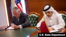 Sakataren ma'aikatar harkokin tsaron Amurka Rex Tillerson da ministan harkokin kasashen ketare na Qatar Sheikh Mohammed bin Abdulrahman Al Thani suna sa hannu a yarjejeniya MOU a Doha, Qatar, July 11, 2017.