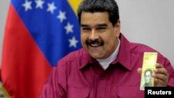 El presidente Maduro muestra el nuevo billete de 100 mil Bolívares, el de máxima denominación, que equivale a unos $2 dólares.