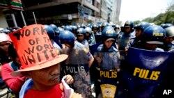 菲律宾马尼拉的镇暴警察于2013年5月1日国际劳动节阻止试图游行前往美国驻马尼拉大使馆的抗议者