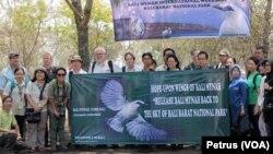 Para pakar dan pemerhati Jalak Bali dari berbagai negara di Eropa dan Amerika melihat habitat asli Jalak Bali di Taman Nasional Bali Barat (Foto: VOA/Petrus)