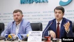 Дмитрий Разумков, справа (впхивное фото)