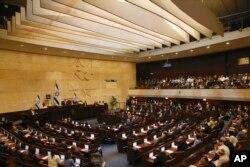 Anggota parlemen Israel dilantik di Knesset, 30 April 2019.