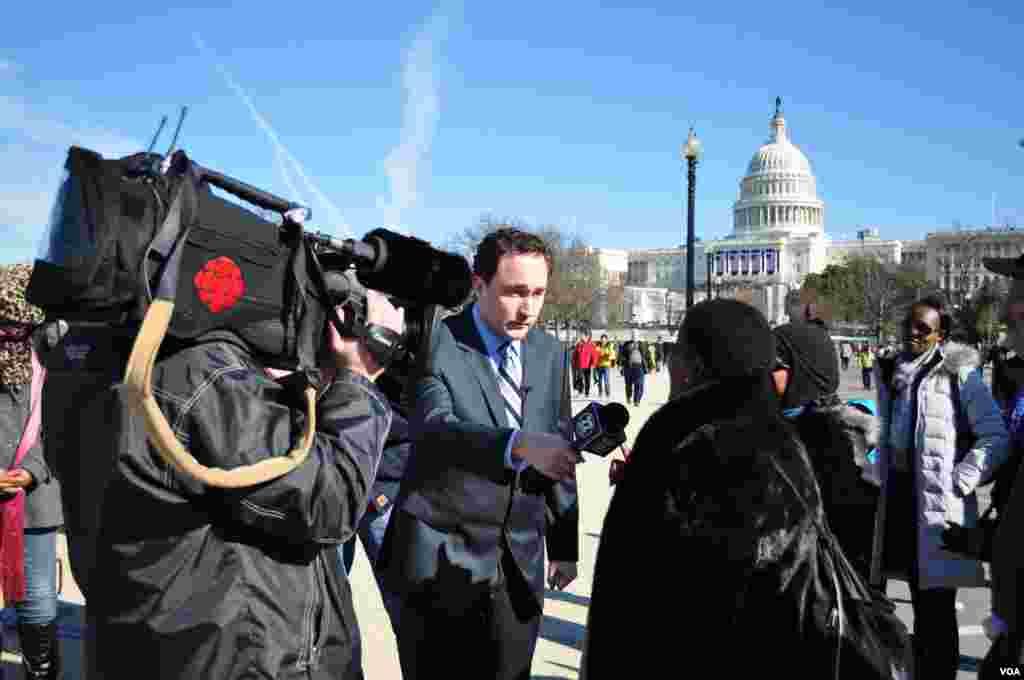 خبرنگاران در حال پوشش خبری مراسم در محوطه نشنال مال، ۲۰ ژانویه ۲۰۱۳