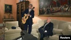 Ngoại trưởng Mỹ John Kerry cầm cây đàn guitar do Ngoại trưởng Tây Ban Nha Jose Manuel Garcia-Margallo tặng trong cuộc họp tại Bộ Ngoại giao ở Madrid, ngày 18/10/2015.