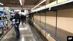Пустые полки магазина в Иллинойсе, вызванные ажиотажем, который связан с распространением COVID-19