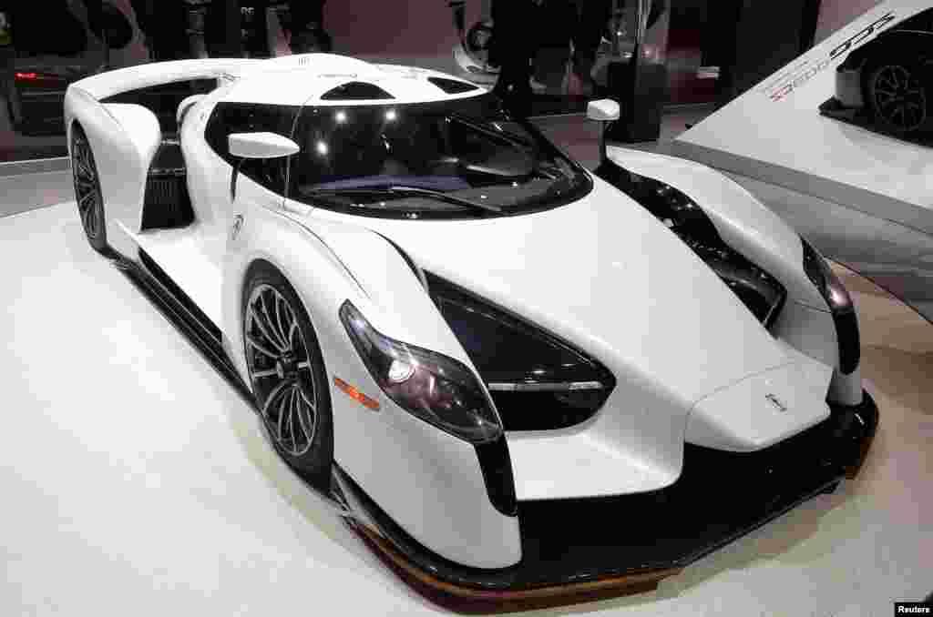 """ماشین مسابقهای """"SCG 0003S"""" در هشتاد و هفتمین نمایش خودرو بین المللی در شهرژنو در سوئیس."""