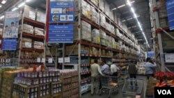 Konsumen India berbelanja di sebuah toserba yang merupakan patungan antara raksasa retailer AS Wal-Mart and retailer India, Bharti.