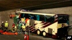 Nhân viên cứu hộ và cảnh sát tại hiện trường tai nạn trong đường hầm xa lộ A9 gần Sierre, phía tây Thụy Sĩ, ngày 14/3/2012